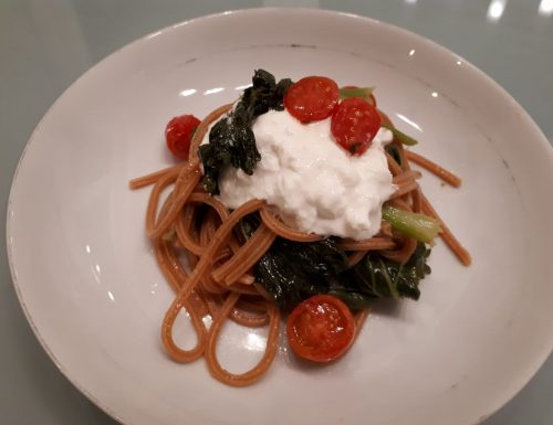 Spaghetti al peperoncino con cime di rapa, pomodorini e burrata